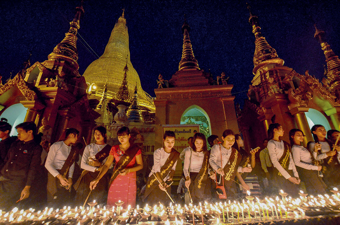 Yangon women light candles on Shwedagon Pagoda the festival.Photo: Phoe Khwar