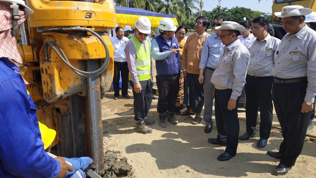 Union Minister U Han Zaw inspects the construction site of Korea-Myanmar Friendship Bridge (Dala) yesterday.Photo: mna