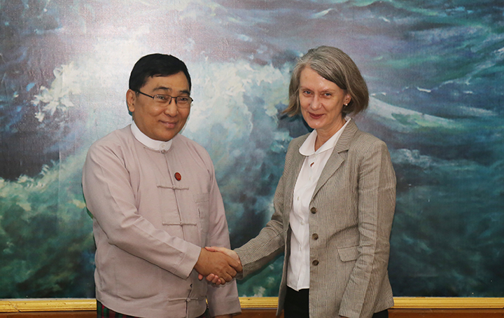 Union Minister Dr Win Myat Aye shakes hand with Ambassador of Australia to Myanmar Ms Andrea Faulkner in Nay Pyi Taw yesterday. Photo: mna