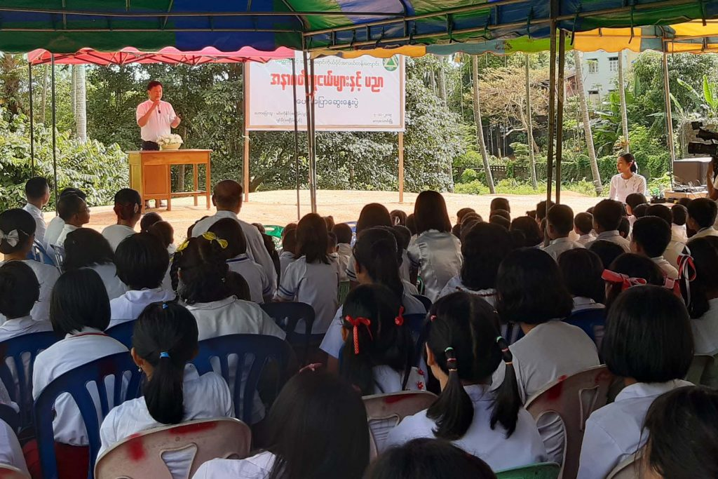 U Min Ko Naing (a) Paw Oo Tun of 88 Generation Peace and Open Society speaks to audience at informative talks in Kawthoung yesterday.Photo: MNA