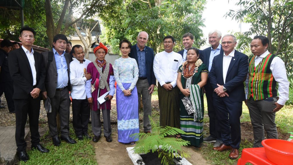 """State Counsellor Daw Aung San Suu Kyi, Norwegian Froland City Mayor Mr Ove Gundersesn and """"Aung San Suu Kyi Park"""" executive committee chairman Salai Jhon Than Tam Nag and party pose for a documentary photo in Yangon yesterday.Photo: MNA"""