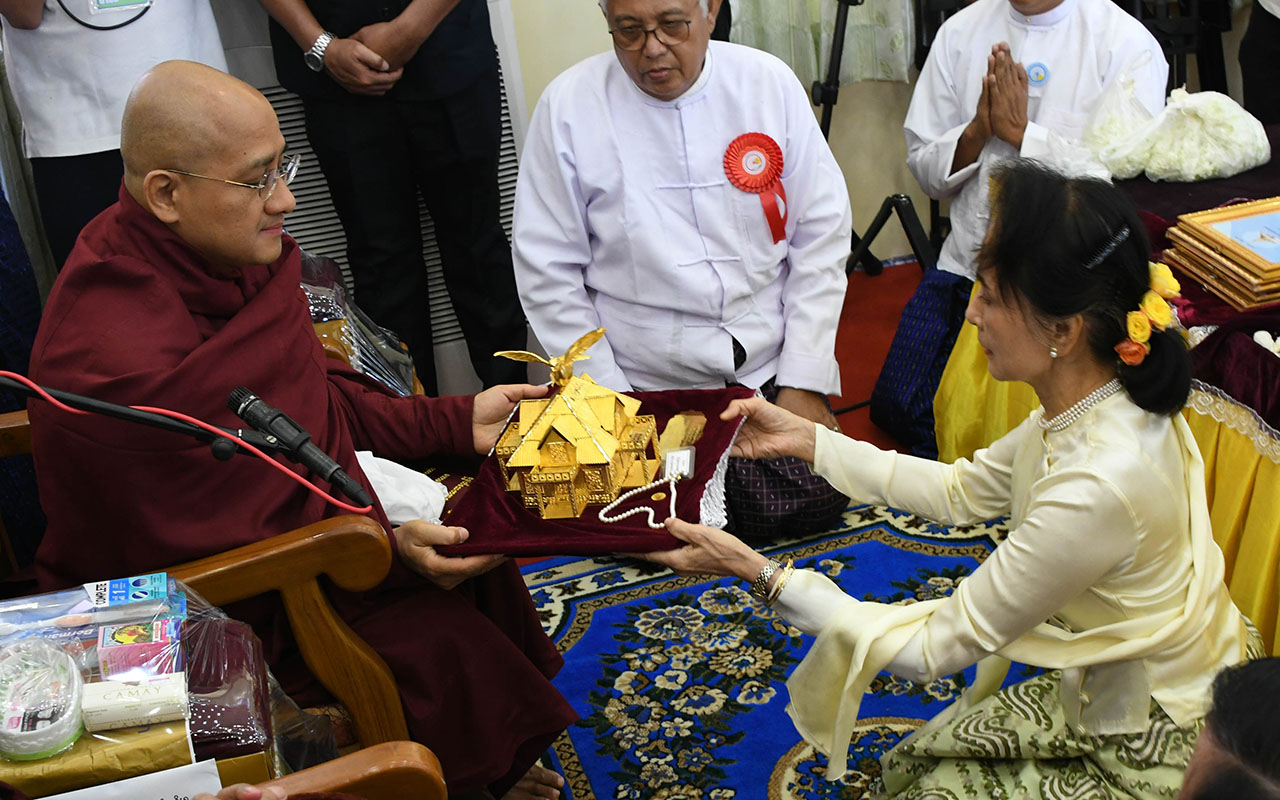 State Counsellor Daw Aung San Suu Kyi offers religious objects to Sayadaw at the consecration ceremony of Eternal Peace Pagoda yesterday.Photo: MNA