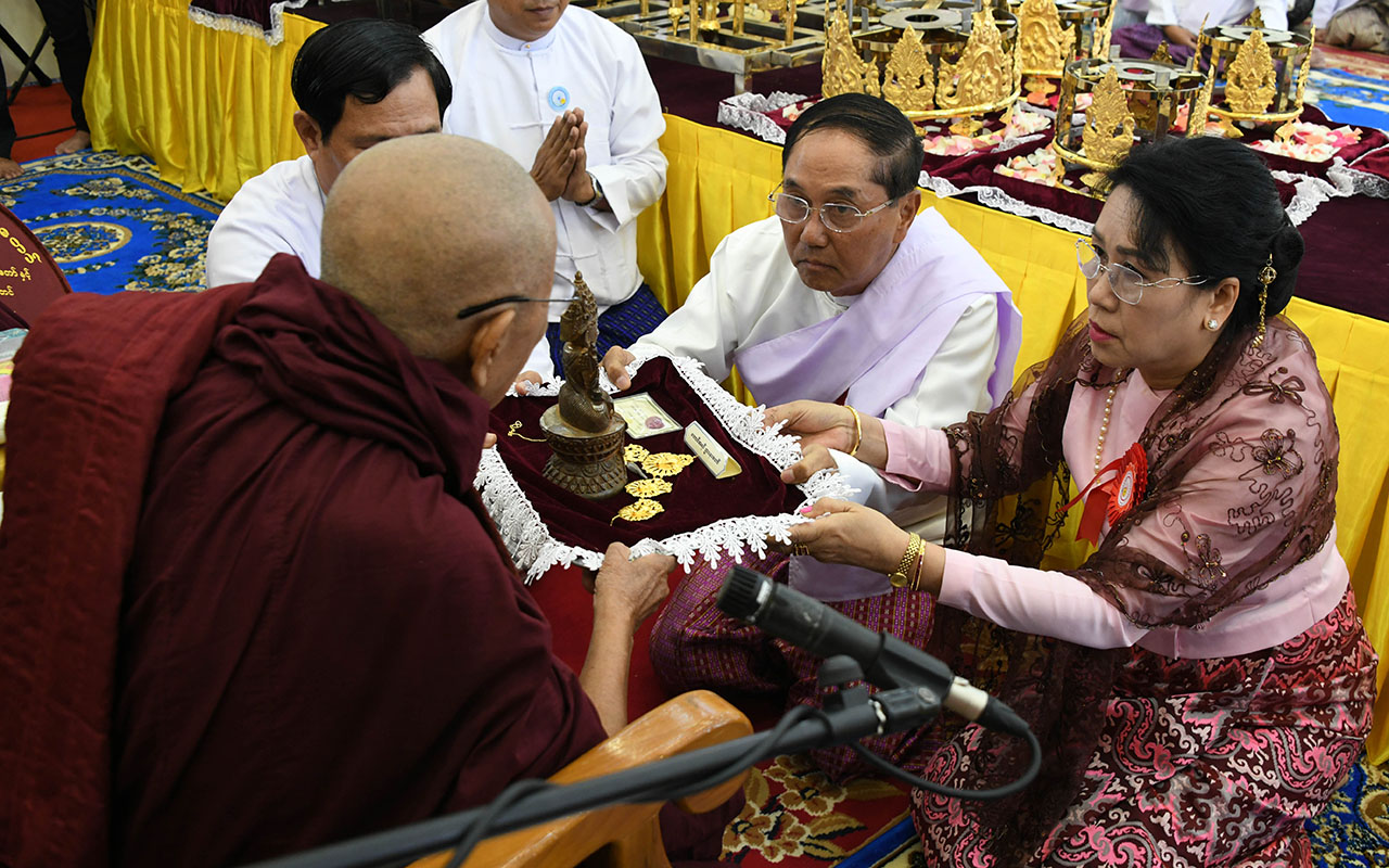 Vice President U Myint Swe and wife Daw Khin Thet Htay offer religious objects to Sayadaw at the consecration ceremony of Eternal Peace Pagoda yesterday.Photo: MNA