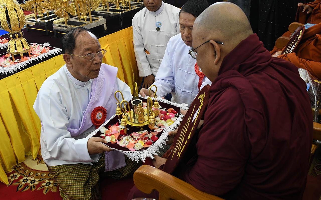 Constitutional Tribunal Chairman U Myo Nyunt offers religious objects to a Sayadaw.Photo: MNA