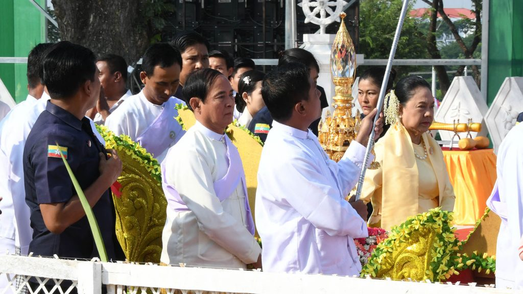 President U Win Myint and First Lady Daw Cho Cho convey religious objects which will be fixed atop the Eternal Peace Pagoda in Nay Pyi Taw yesterday.Photo: MNA