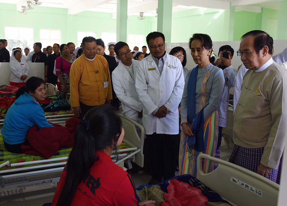 State Counsellor Daw Aung San Suu Kyi encourages patients at the Women and Children Hospital in Taunggyi, Shan State yesterday.Photo: MNA