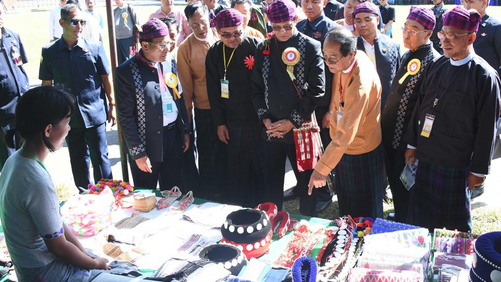 Vice President U Henry Van Thio observes the Kachin traditional utensils displayed at the Economic Forum of the Kachin Ethnic Entrepreneurs Association in Myitkyina, Kachin State, yesterday. Photo: MNA