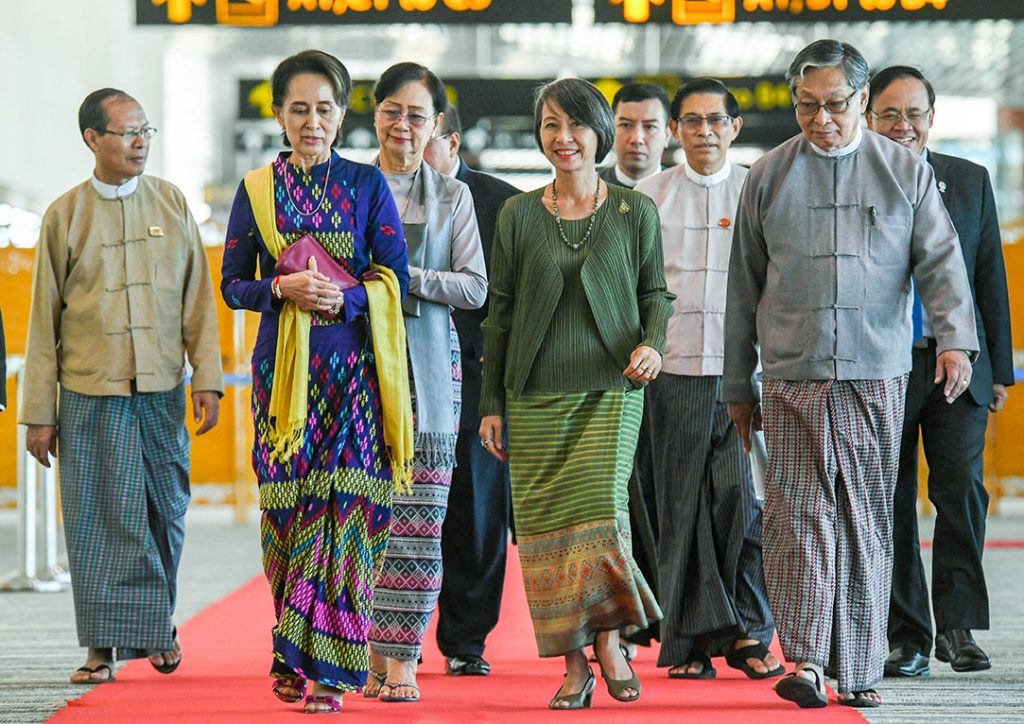 State Counsellor Daw Aung San Suu Kyi welcomed by Union Ministers U Kyaw Tint Swe, U Min Thu, Thai Ambassador to Myanmar Mrs. Suphatra Srimaitreephithak and officials at Nay Pyi Taw International Airport yesterday.Photo: MNA