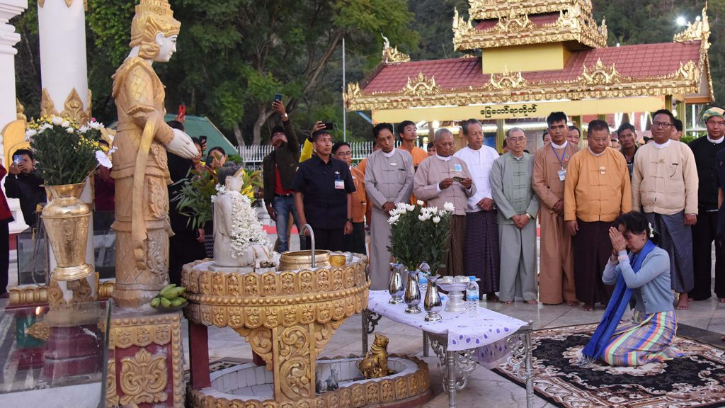 State Counsellor pays homage to the Buddha image at Sulamuni Pagoda in Taunggyi, Shan State.photo: mna
