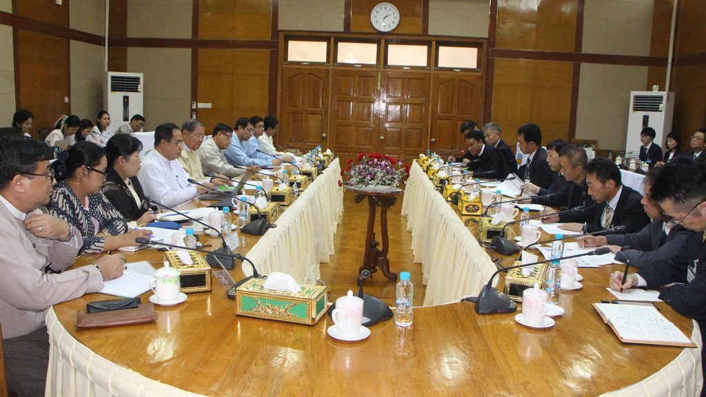 Union Minister U Soe Win and party holds talk with the students from an executive management course by the Japan Management Association Management Institute, led by Mr Tetsuya Ichinose, in Nay Pyi Taw yesterday.Photo:MNA