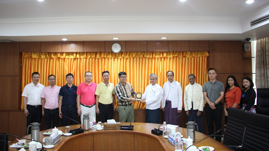 UMFCCI officials present a gift to Dehong Chamber of Commerce Chairman Mr Lu Er Sui at the meeting in office of Union of Myanmar Federation of Chambers of Commerce and Industry in Yangon.Photo: Supplied