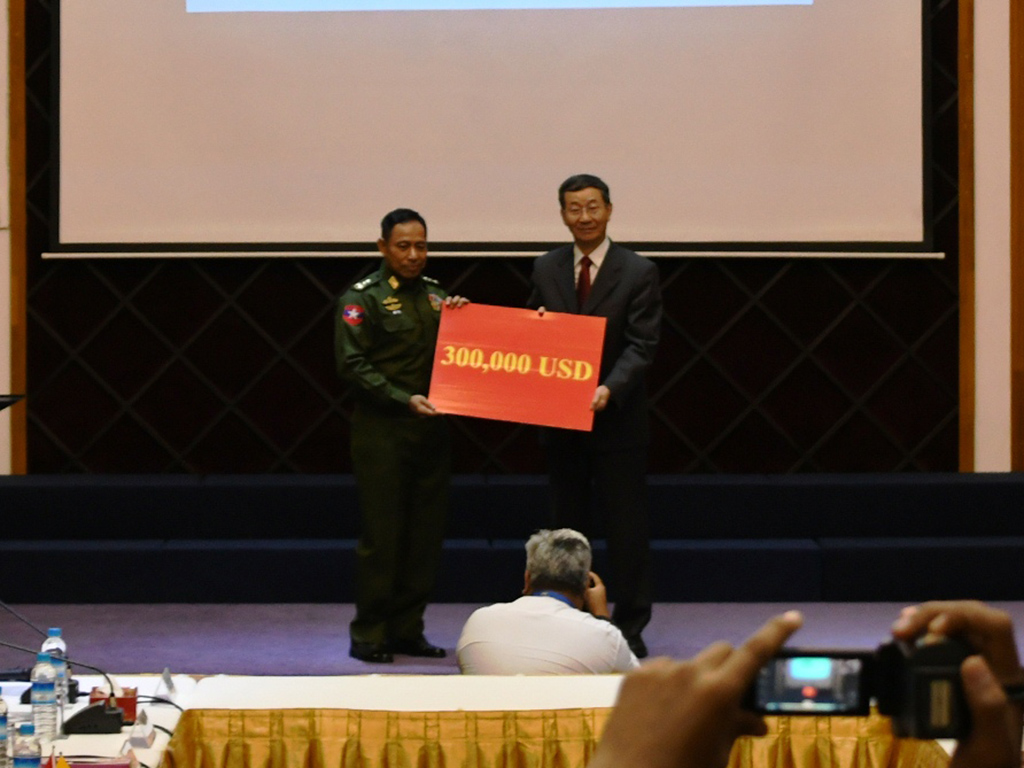 JMC-U Chairman Lt-Gen Yar Pyae accepts cash donation from Chinese Special Envoy Mr Sun Guoxiang at the handover ceremony.PHOTO: POE HTAUNG