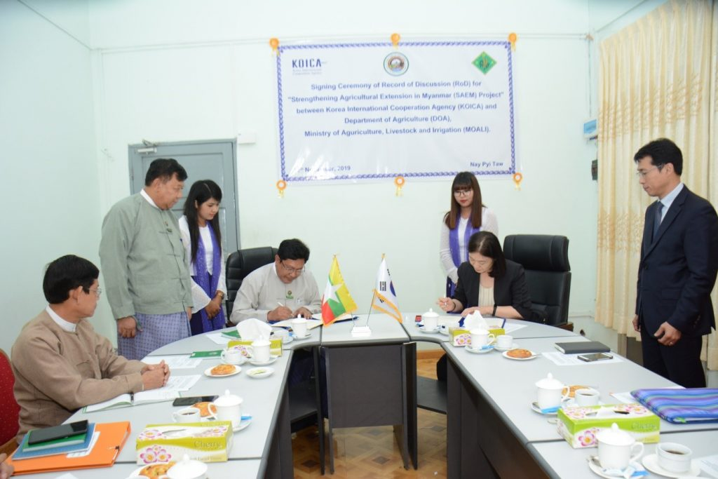 """Director General of Department of Agriculture Dr Ye Tint Tun  and  Chief Representative of Korean International Cooperation Agnecy Ms. Lee Youn Soo signing the MoU for """"Strengthening Agricultural Extension in Myanmar Project"""".Photo : DOA"""