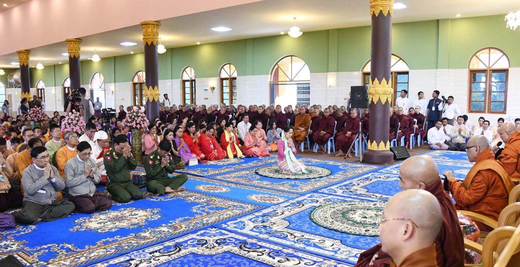 The congregation led by State Counsellor Daw Aung San Suu Kyi receive the Five Precepts from Mogok Nyaung Thone Bin Pariyatti Thamanaykyaw Monastery Sayadaw Dr Bhaddanta Tejosara Bivamsa in Mogok yesterday.Photo: MNA