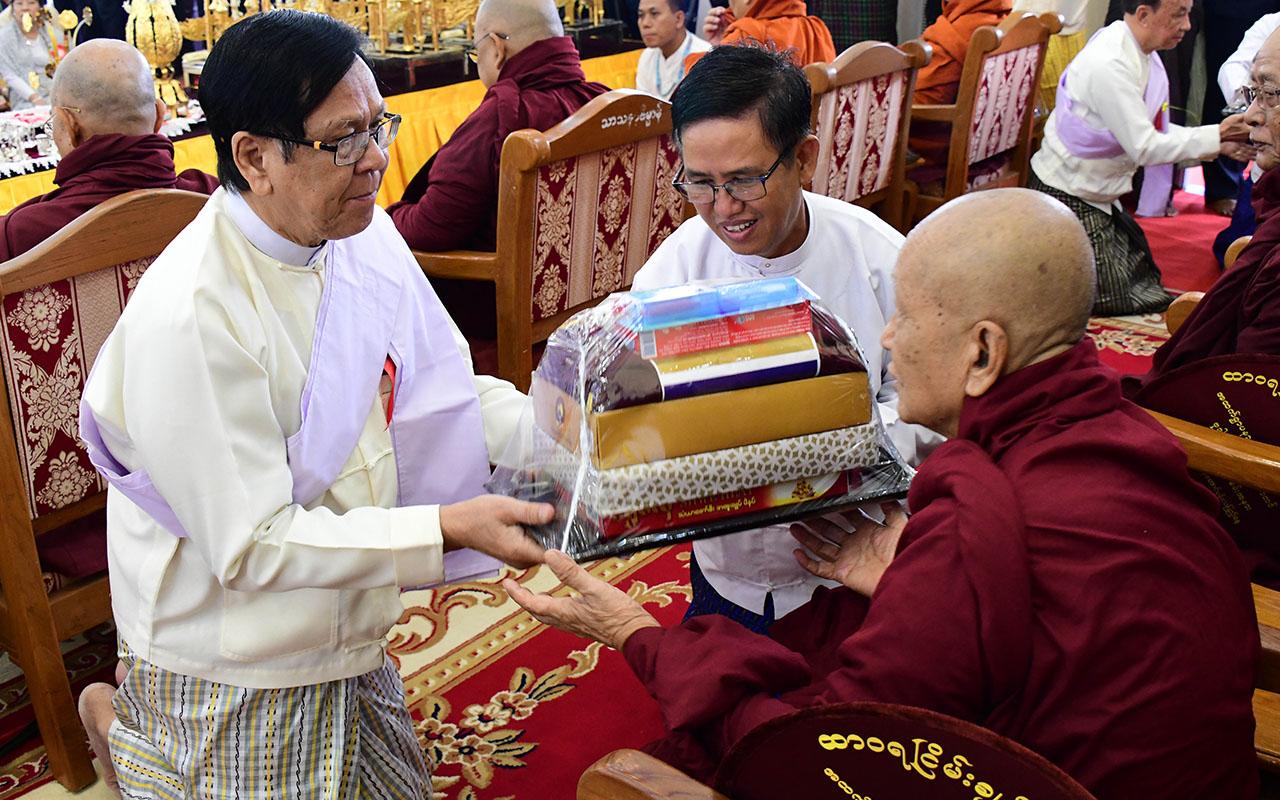 Amyotha Hluttaw Deputy Speaker U Aye Tha Aung offers offertories to a Sayadaw.Photo: MNA