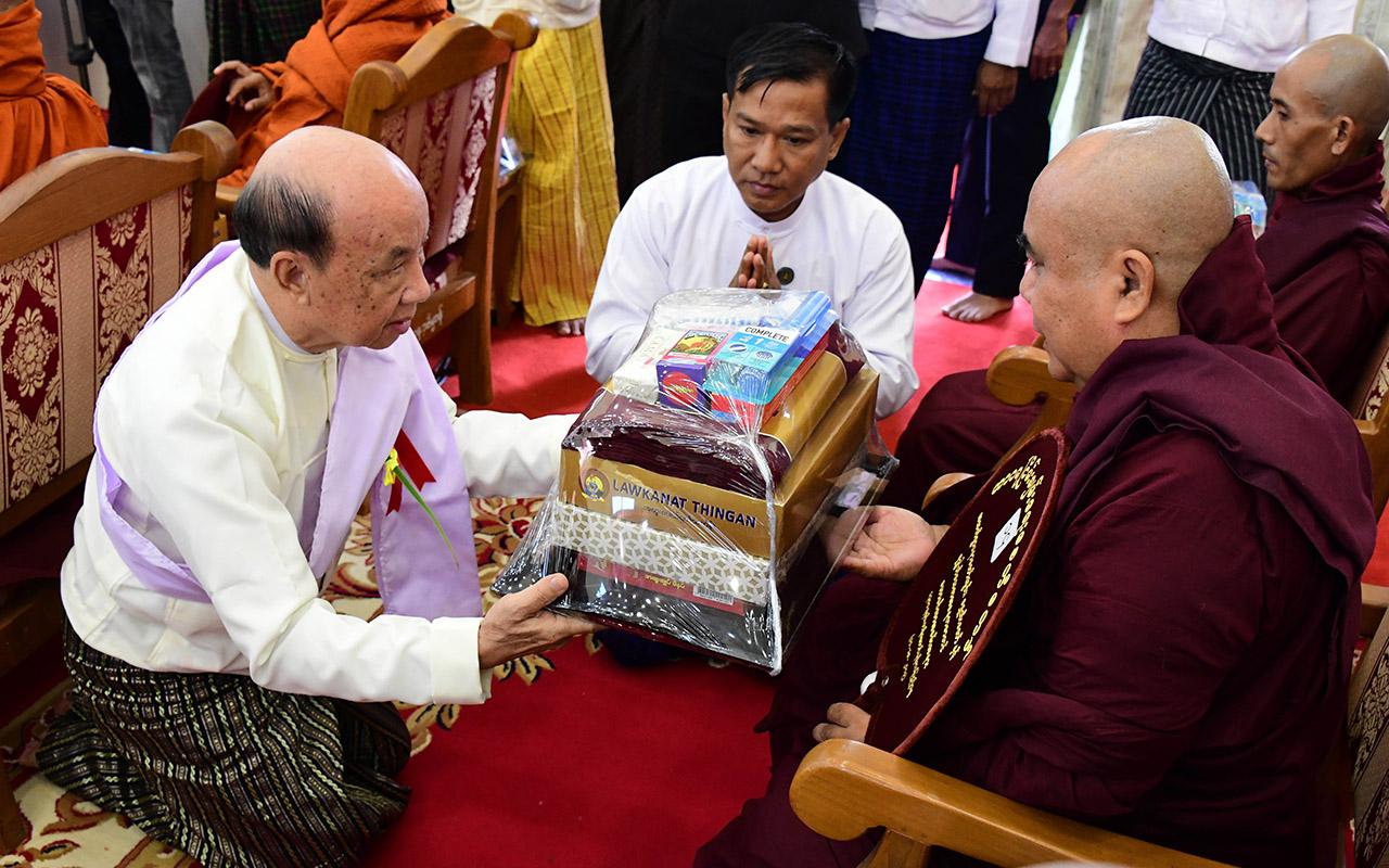 Pyithu Hluttaw Deputy Speaker U Tun Tun Hein offers offertories to a Sayadaw.Photo: MNA