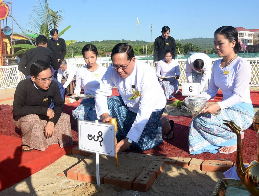 Union Chief Justice U Htun Htun Oo strikes the stake at the groundbreaking ceremony to build Judicial College of the Union Supreme Court in Nay Pyi Taw yesterday.Photo: MNA