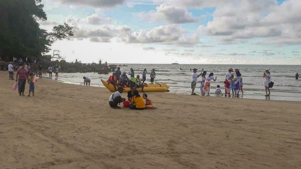 Visitors enjoy the beautiful sandy beach of Ngwehsaung .Photo: Mu Mu (IPRD)