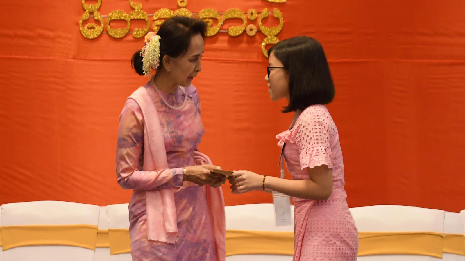 State Counsellor Daw Aung San Suu Kyi presents education outstanding award of the welfare association to a student at the dinner reception. Photo: MNA