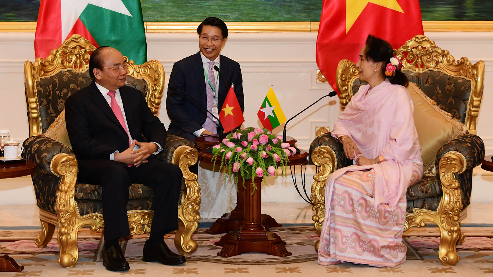 State Counsellor Daw Aung San Suu Kyi holds talk with Prime Minister Nguyen Xuan Phuc of the Socialist Republic of Viet Nam at the Presidential Palace in Nay Pyi Taw yesterday.Photo: MNA