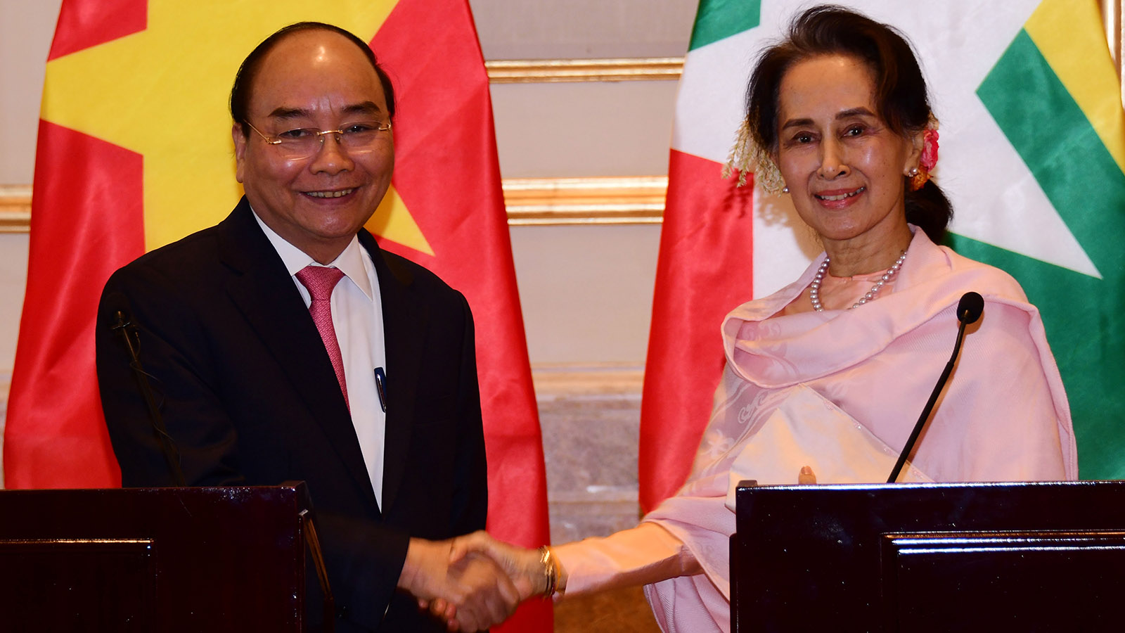 State Counsellor Daw Aung San Suu Kyi shakes hand with Prime Minister Nguyen Xuan Phuc of the Socialist Republic of Viet Nam at the press conference.Photo: MNA