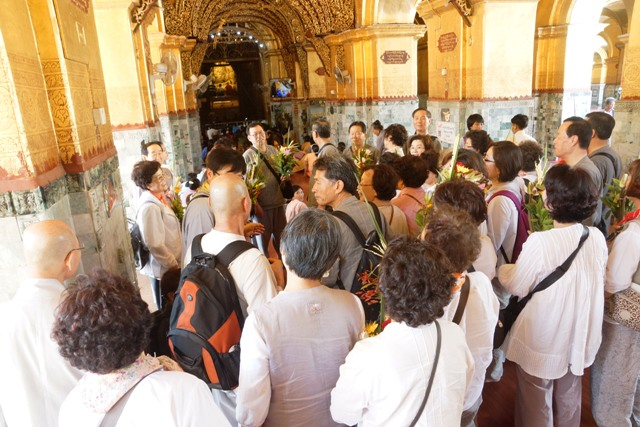 Tourists visit Mahamuni Pagoda in Mandalay.Photo: Than Zaw Min (IPRD)