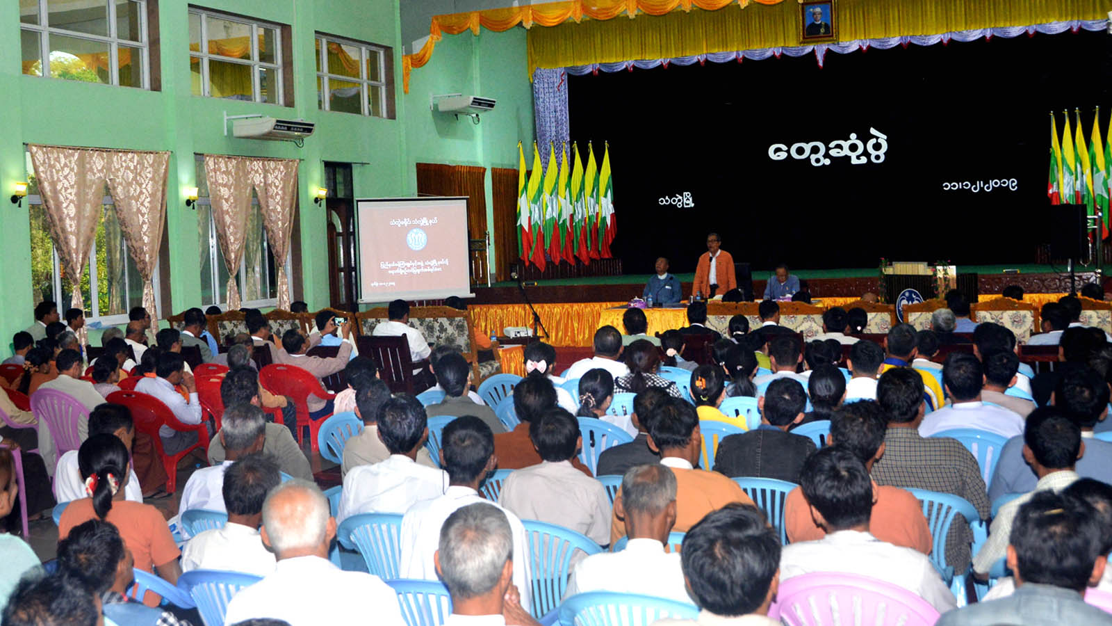 Rakhine State Chief Minister U Nyi Pu delivers the speech during the meeting with locals at Dwarawati Hall in Thandwe Township, Rakhine State, yesterday. Photo: MNA