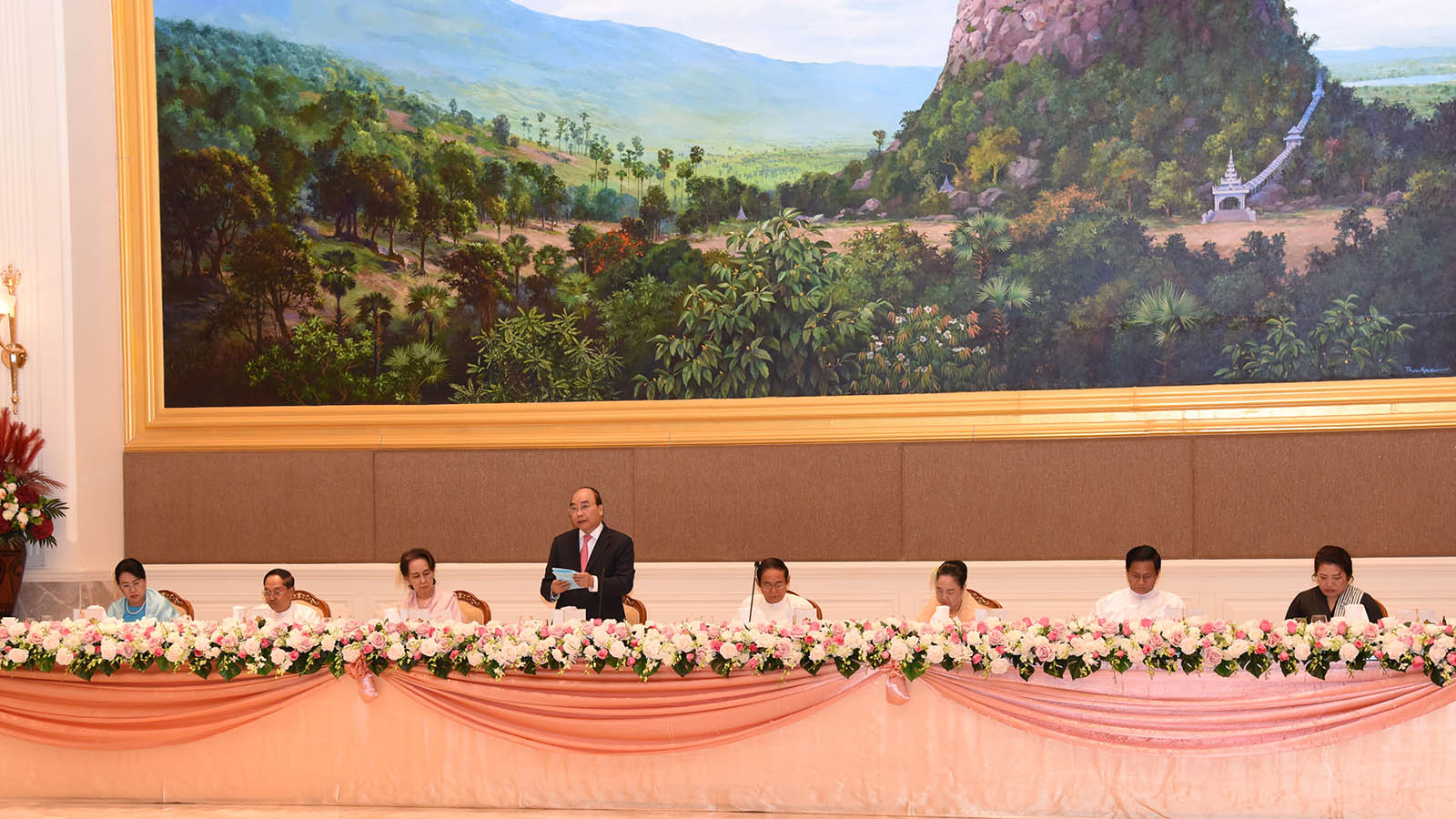 President U Win Myint and First Lady Daw Cho Cho attend the luncheon for Prime Minister Nguyen Xuan Phuc of the Socialist Republic of Viet Nam yesterday. Photo: MNA