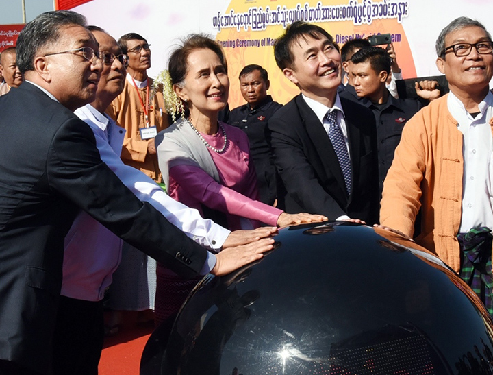 State Counsellor Daw Aung San Suu Kyi formally open the ceremony of the solar power plant in Manaung, Rakhine State yesterday. Photo: MNA