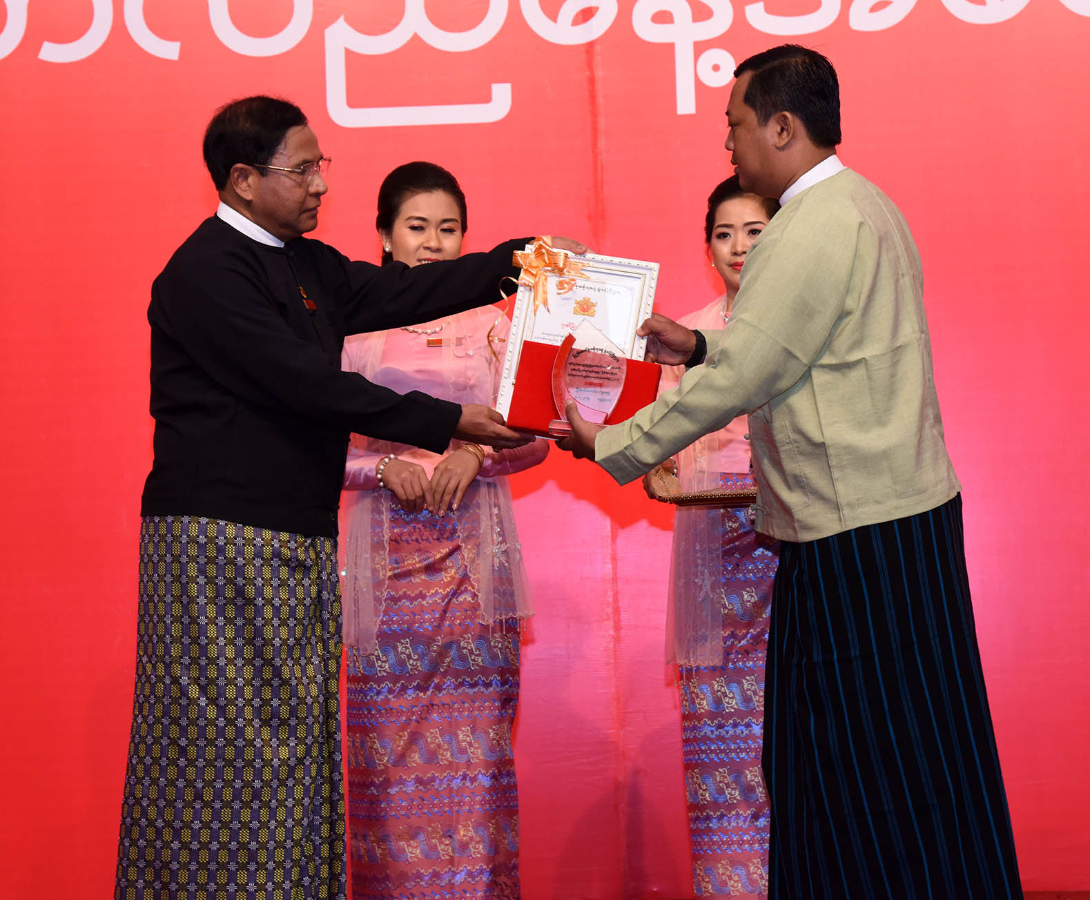 Deputy Minister U Tin Myint presenting the first prize to the outstanding staff.Photo: mna