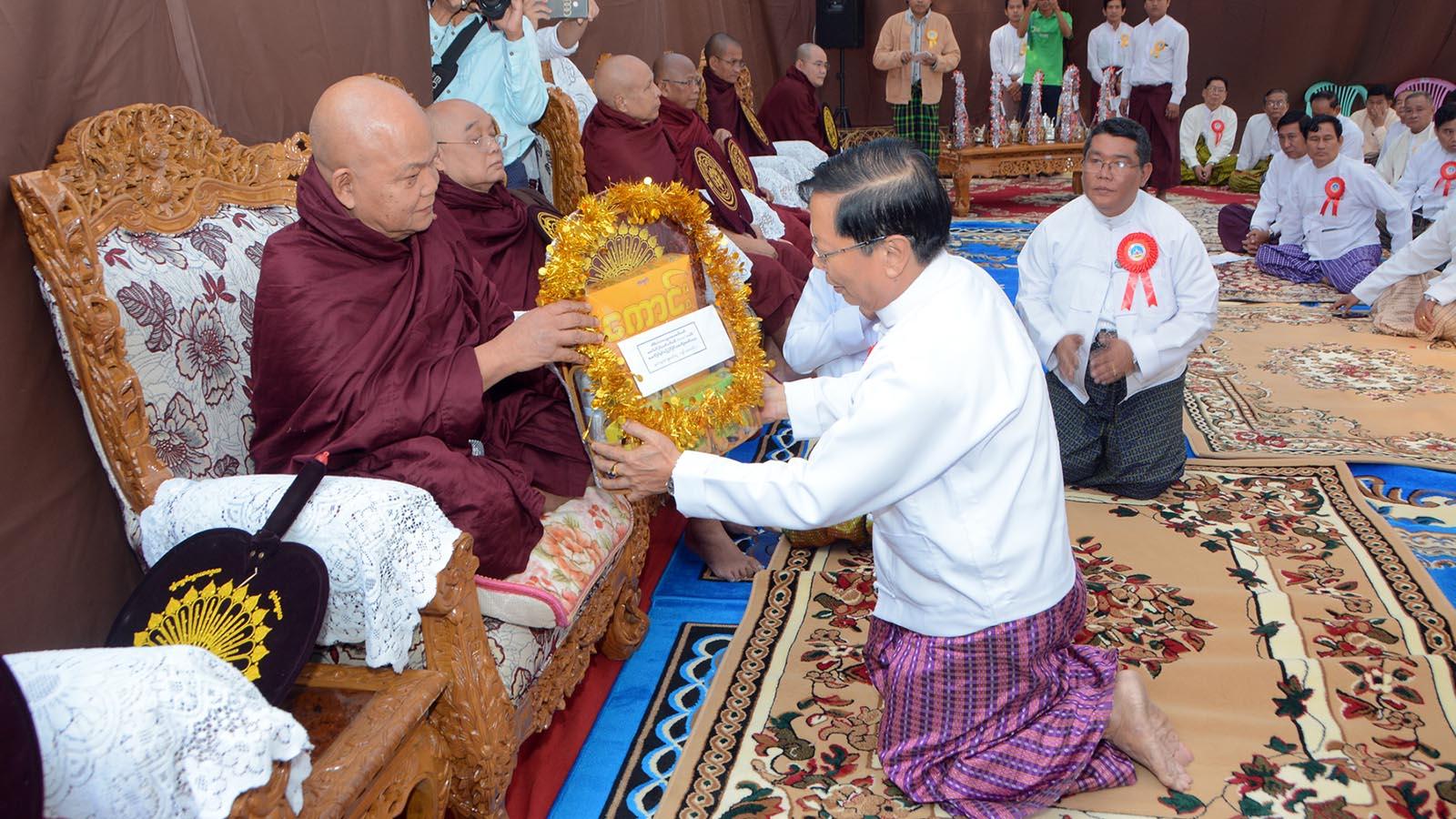 Union Minister Thura U Aung Ko donates the offertories to the Sangha at the inauguration ceremony for renovation of Thiri Minigalar Kaba Aye Pagoda in Yangon yesterday.Photo: MNA