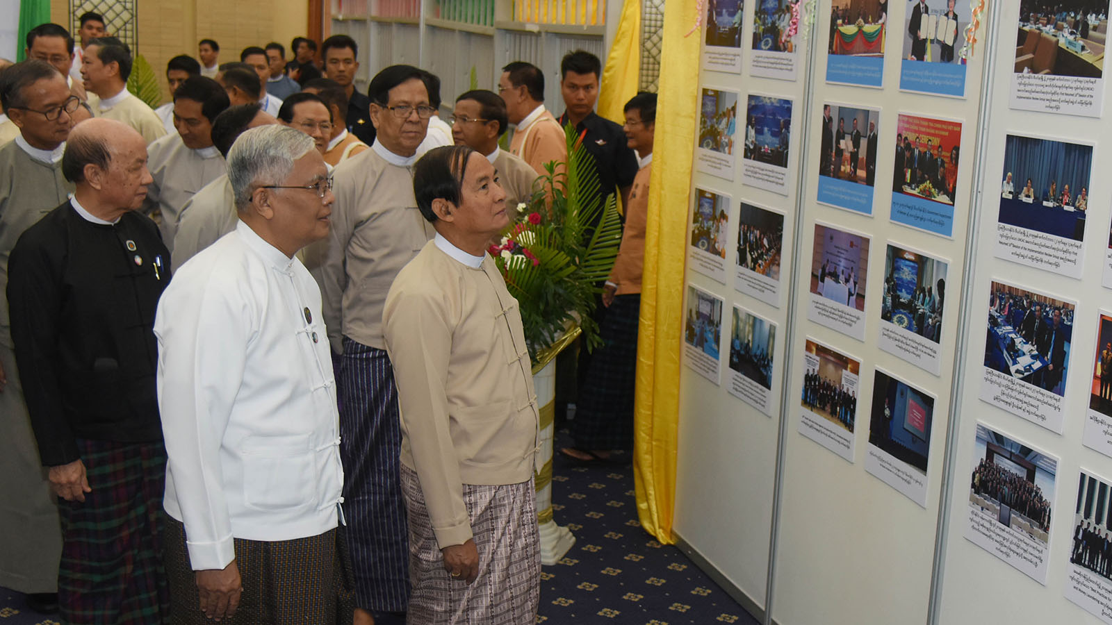 President U Win Myint looks at documentary photos displayed at the event to mark International Anti-Corruption Day in Nay Pyi Taw yesterday.Photo: MNA