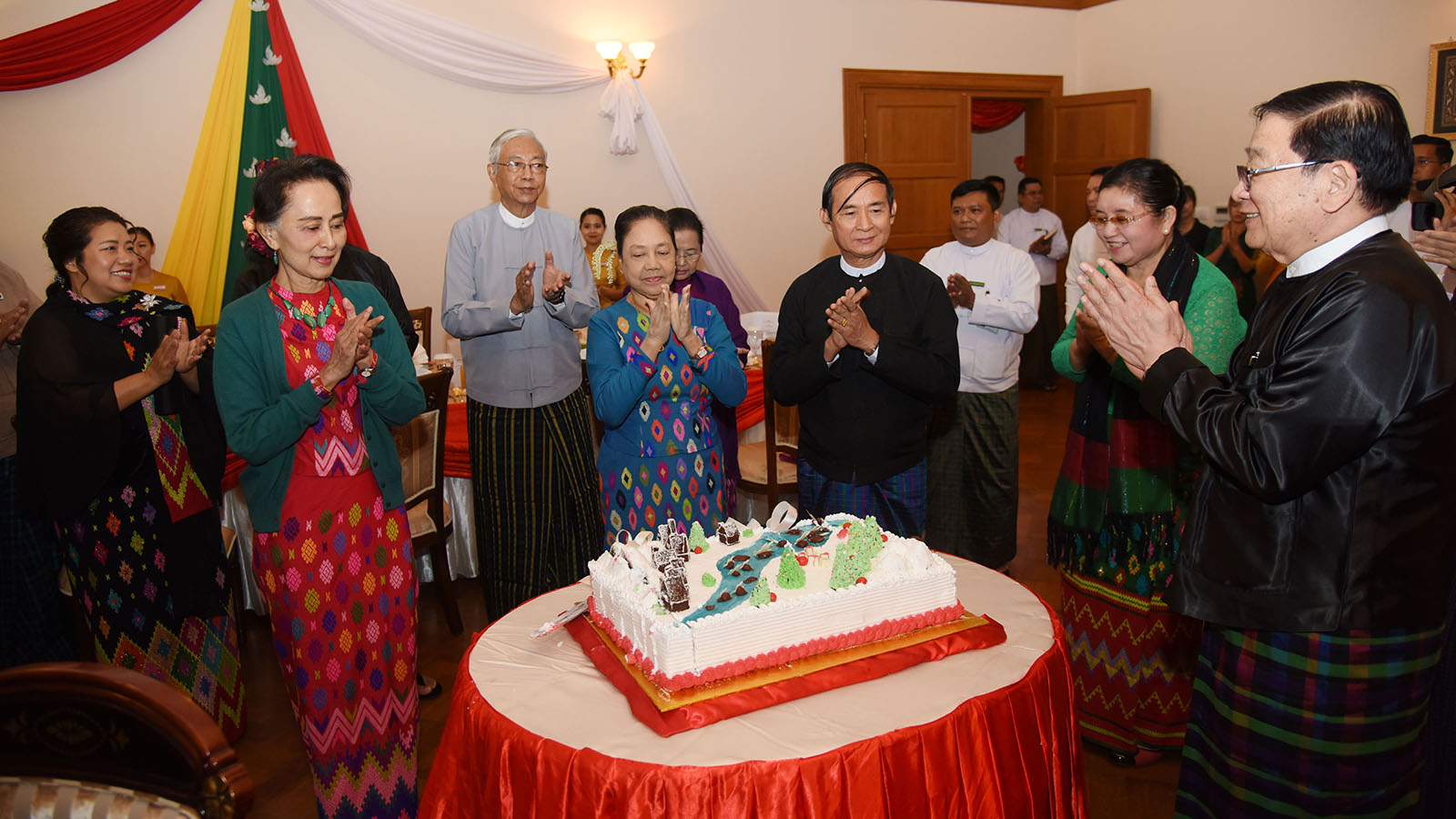 President U Win Myint, First Lady Daw Cho Cho, State Counsellor Daw Aung San Suu Kyi, Pyithu Hluttaw Speaker U T Khun Myat and wife Daw Yin May and family members pose for a group photo at the Christmas, New Year Eve luncheon at the residence of Pyithu Hluttaw Speaker U T Khun Myat in Nay Pyi Taw yesterday. Photo: MNA