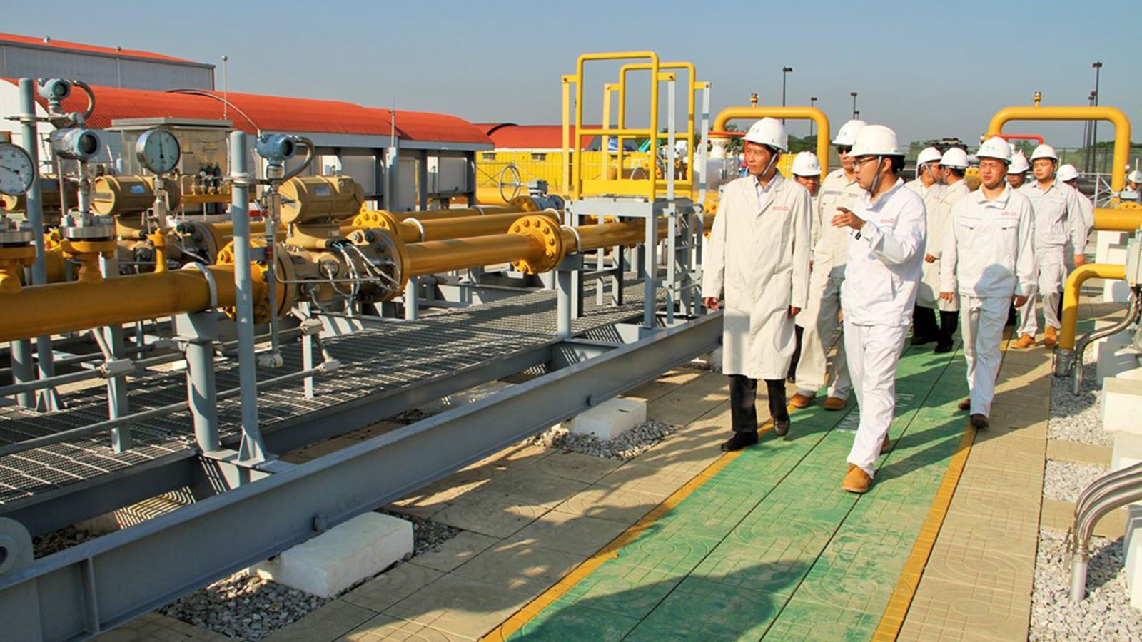 Deputy Minister Dr Tun Naing and party inspect the oil and gas stations in Mandalay Region yesterday.     Photo: MNA