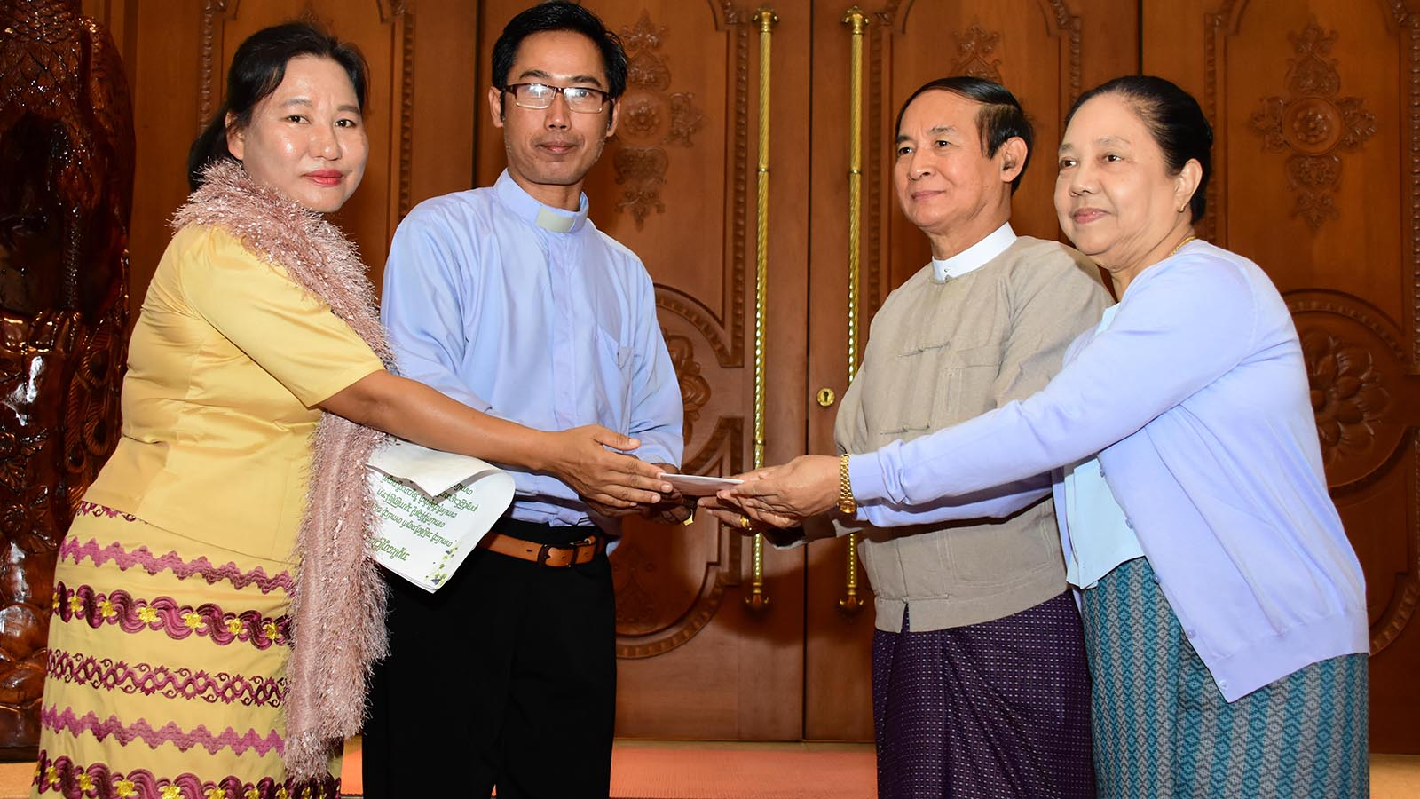 President U Win Myint and First Lady Daw Cho Cho presents gift to Reverend U Saw Aung Aung Lwin from All Nationals' Baptist Church in Nay Pyi Taw. Photo: MNA