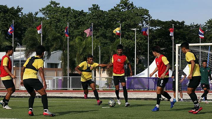 Myanmar U-22 footballers undergo training in Binan prior to the match against Cambodia on 2 December. Photo: MFF