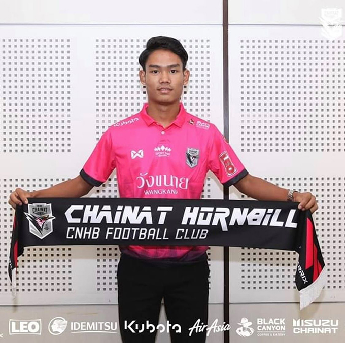 Myanmar youth footballer Myat Kaung Khant holds the insignia of Thai club Chainat Hornbill after signing with the team. Photo: CNHB F.C.
