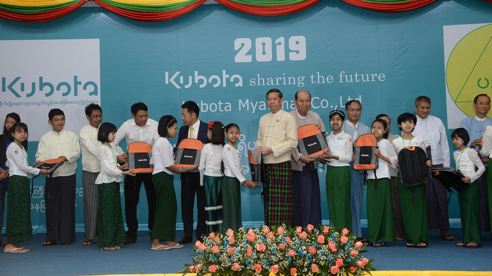 Union Minister Dr Myo Thein Gyi and Japanese KUBOTA company representatives presents backpacks and to students at the ceremony at the Ministry of Education in Nay Pyi Taw yesterday.Photo: MNA