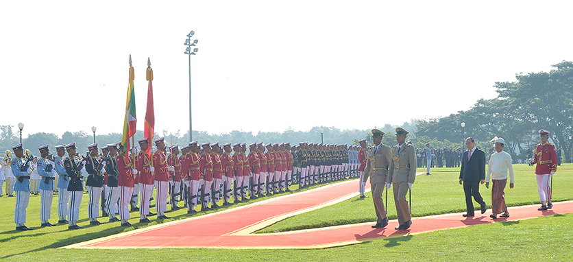President U Win Myint and Prime Minister Mr Nguyen Xuan Phuc of the Socialist Republic of Viet Nam inspect the Guard of Honour in Nay Pyi Taw yesterday.  Photo: MNA