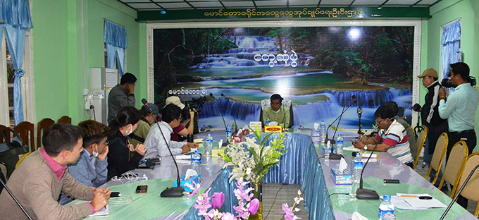 A media delegation meets with Head of the Office of Maungtaw District General Administration Department U Aung Soe in Maungtaw, Rakhine State yesterday.Photo: MNA