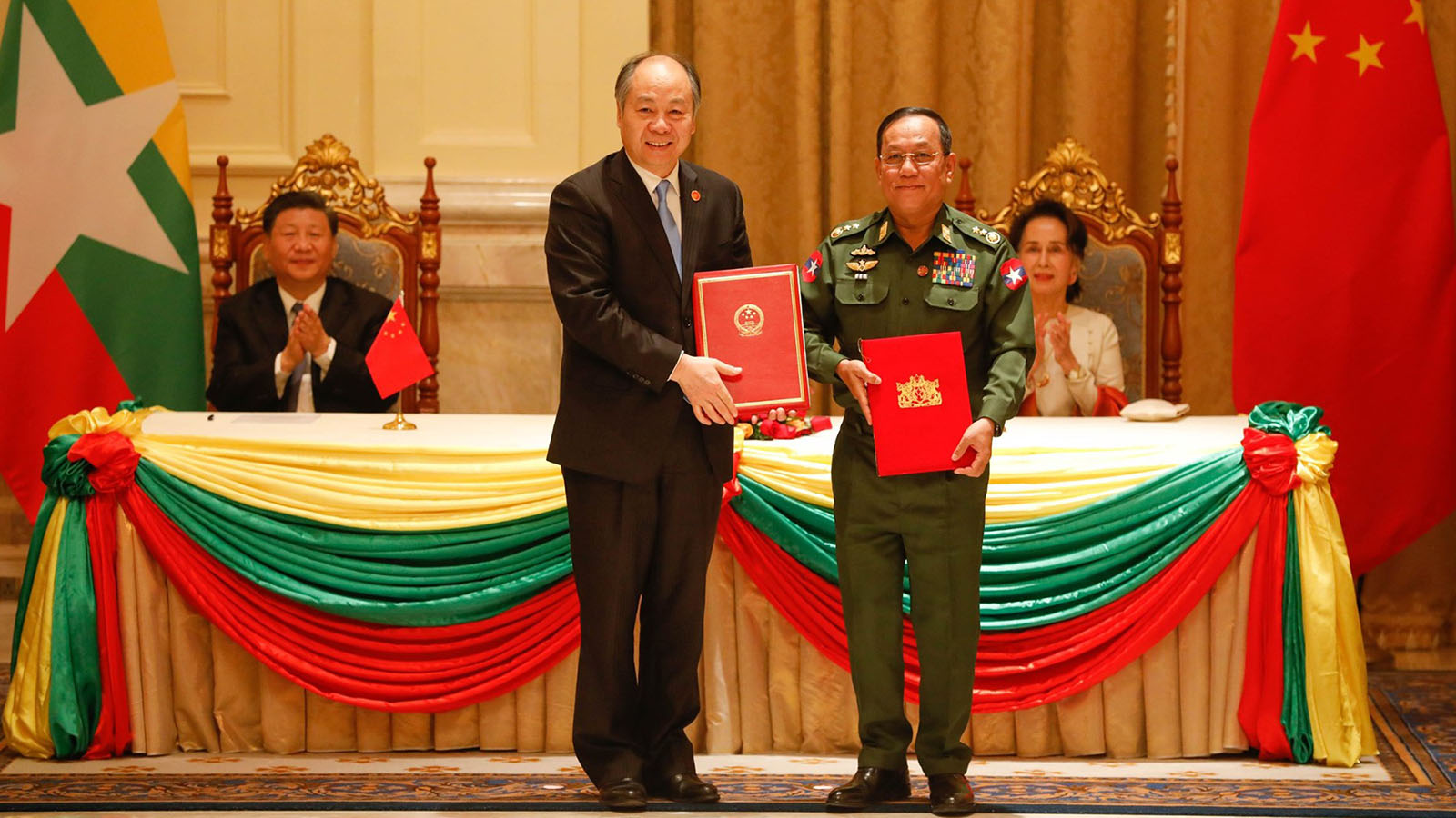 Union Minister for Border Affairs Lt-Gen Ye Aung and Chairman of CIDCA Mr Wang Xiaotao, exchange Letter for Feasibility Study on 3-Year Development Plan of Border Areas in the presence of State Counsellor Daw Aung San Suu Kyi and Chinese President Mr Xi Jinping.  Photo: MNA