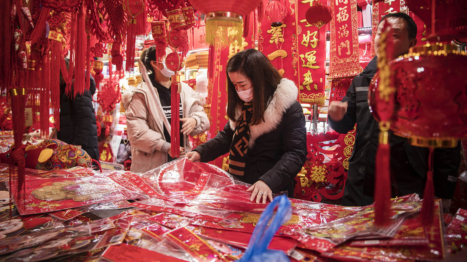 A woman shopped for New Year decorations in Shanghai ahead of the holiday. The escalation of the coronavirus coincides with Lunar New Year, China's biggest holiday. Major celebrations were canceled in several big Chinese cities, including Beijing and Wuhan.PHOTO: AFP