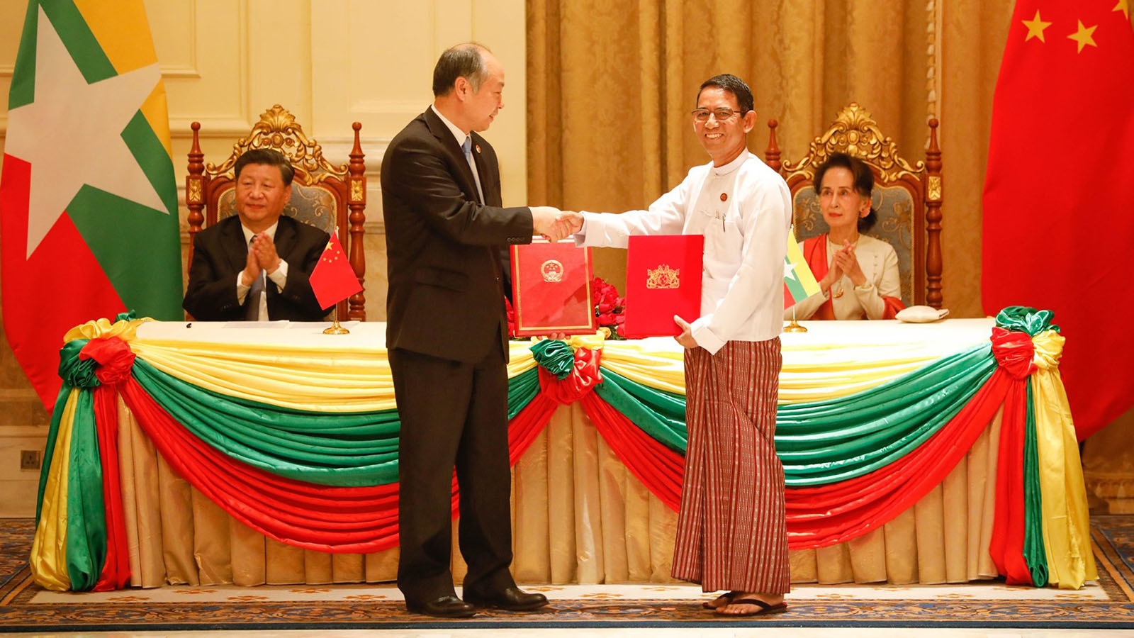 Union Minister Dr Aung Thu and Chairman of CIDCA Mr Wang Xiaotao exchange Letter for Project of Agriculture Product Quality Control Centre and Letter for the Project of Hybird-Rice Research Centre in the presence of State Counsellor Daw Aung San Suu Kyi and Chinese President Mr Xi Jinping. Photo: MNA
