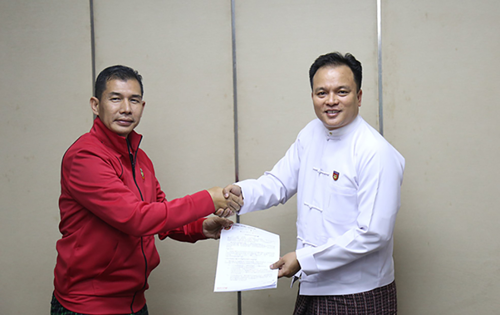 U Min Tun Lin (L) accepts the contract for assistant coach from MFF general secretary U Ko Ko Thein. hoto: MFF
