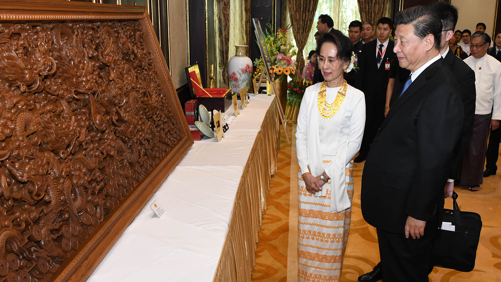 State Counsellor Daw Aung San Suu Kyi and President of the People's Republic of China, Mr Xi Jinping view handicraft displayed at the dinner for President Xi Jinping in Nay Pyi Taw yesterday. Photo: MNA