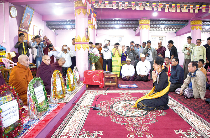 State Counsellor Daw Aung San Suu Kyi pays homage to the monks at the Zalon Mountain Pagoda yesterday.  Photo: MNA