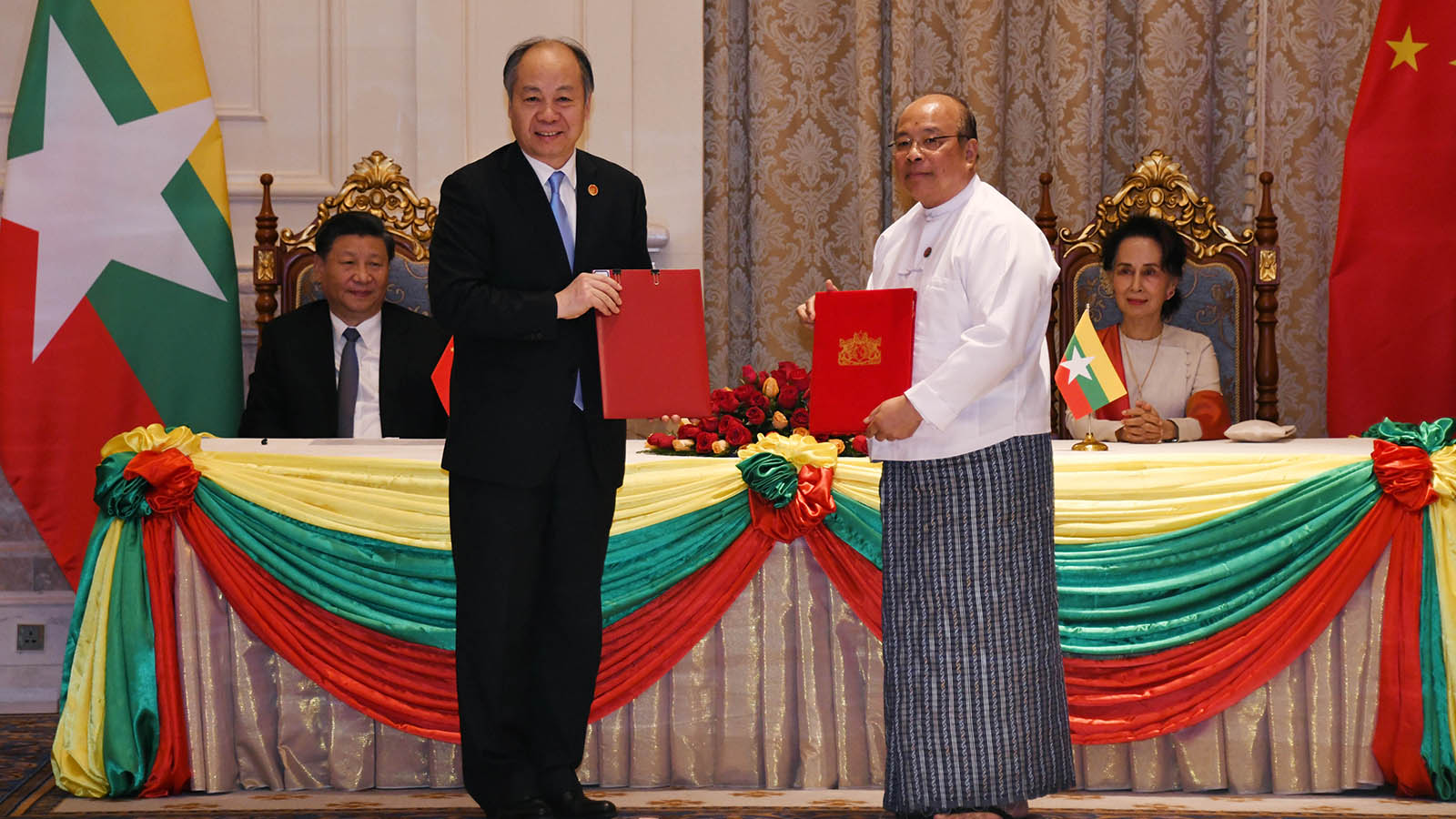 Union Minister U Thaung Tun and Chairman of CIDCA Mr. Wang Xiaotao, MoU exchange the letters on Human Resources Development Cooperation in the presence of State Counsellor Daw Aung San Suu Kyi and Chinese President Mr Xi Jinping.  Photo: MNA