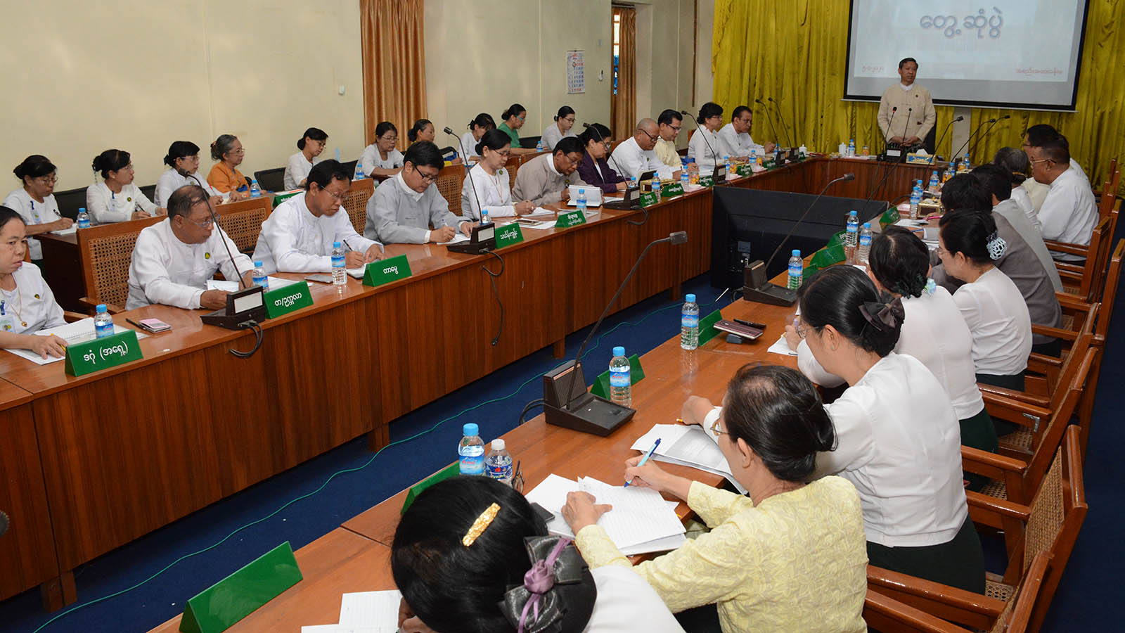 Union Minister Dr Myo Thein Gyi addresses the meeting with education officers in Yangon Region yesterday. Photo: MNA