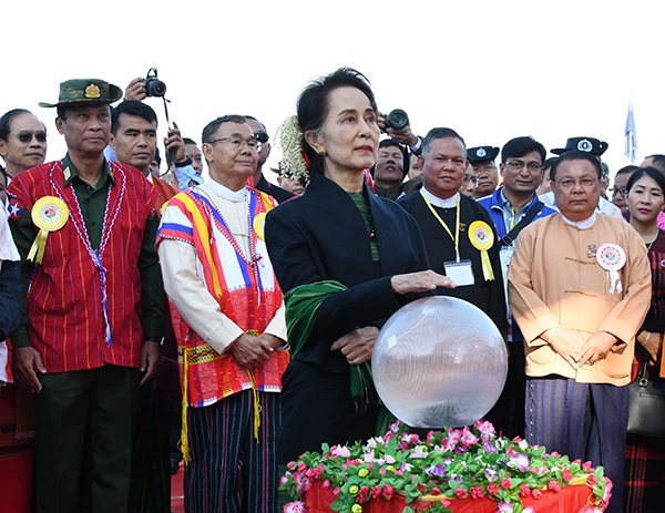 State Counsellor Daw Aung San Suu Kyi opens the archway of the 68th Kayah State Day Ceremony in Loikaw yesterday. Photo:MNA