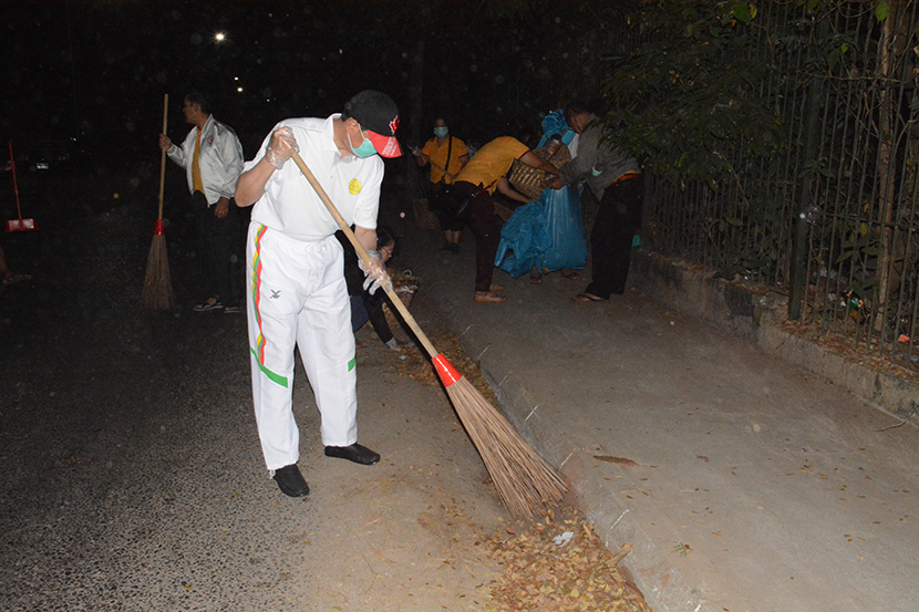 Union Minister Dr Myo Thein Gyi participates in the garbage-free campaign in Hline Campus of Yangon University and Yangon University of Economics yesterday.Photo: MNA
